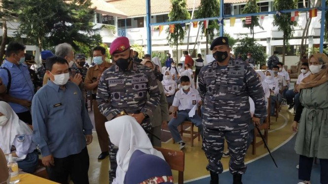 VIVA Militer: Danlantamal III Jakarta tinjau vaksinasi pelajar di SMAN 1 Cirebon