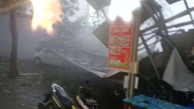 Reklame roboh di Kota Depok akibat hujan disertai angin kencang.