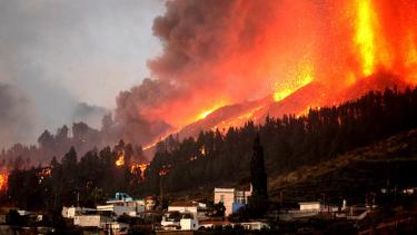 https://thumb.viva.co.id/media/frontend/thumbs3/2021/09/22/614a8e7da9fb7-lava-gunung-berapi-cumbre-vieja-di-kepulauan-canary-spanyol-hancurkan-ratusan-rumah-ini-malapetaka_375_211.jpg