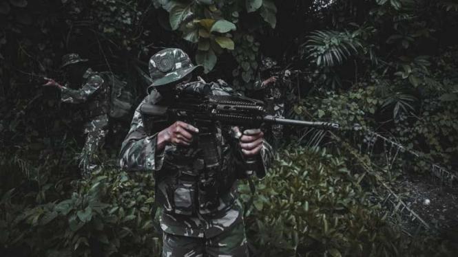 Dua prajurit TNI memburu kelompok teroris Mujahidin Indonesia Timur (MIT) pimpinan Ali Kalora di hutan pegunungan Poso, Sulawesi Tengah.