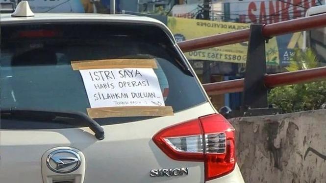 Tulisan di kaca mobil yang viral di media sosial.
