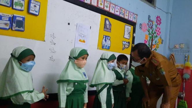 Ilustrasi Pelaksanaan pembelajaran tatap muka (PTM) Terbatas sekolah di Kota Bekasi.
