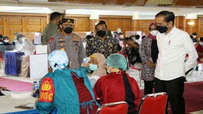 Presiden Jokowi dan Kapolri meninjau vaksinasi merdeka serentak