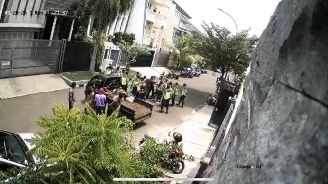 CCTV kericuhan antara warga dengan satpam komplek di Jakbar