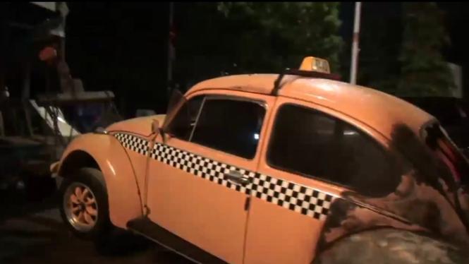 Mobil Volkswagen Beetle terbakar di kawasan Ragunan, Jaksel.
