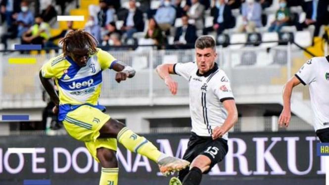 Striker Juventus, Moise Kean bobol gawang Spezia.