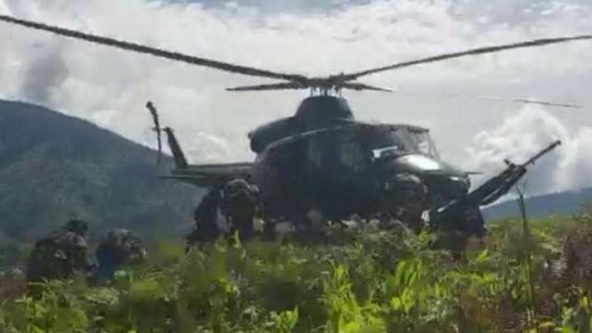 Helikopter TNI mengevakuasi warga dari Distrik Kiwirok, Papua.