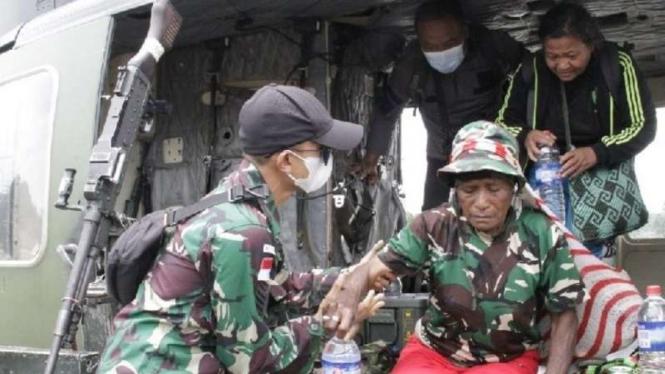 Warga dan guru dievakuasi dengan helikopter TNI AD dari Distrik Kiwirok, Kabupaten Pengunungan Bintang, Papua, Rabu, 22 September 2021, menyusul gangguan keamanan di daerah itu akibat ulah kelompok kriminal bersenjata (KKB).