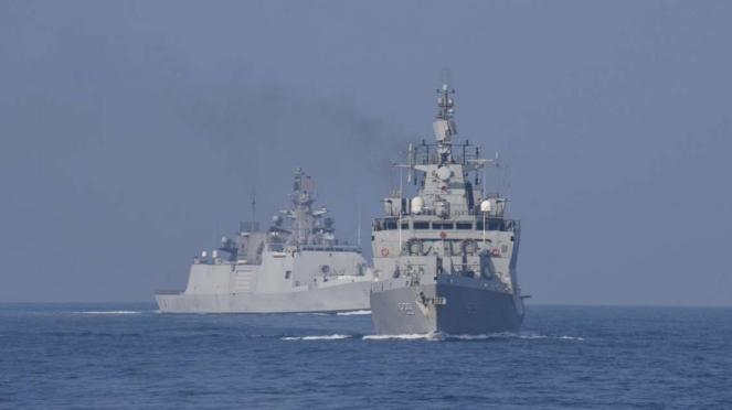 VIVA Militer: Kapal perang TNI AL dan AL India bentuk formasi tempur di ALKI I