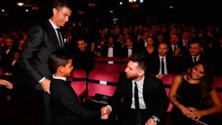 Cristiano Ronaldo dan putranya temui Lionel Messi di Ballon d'Or 2017