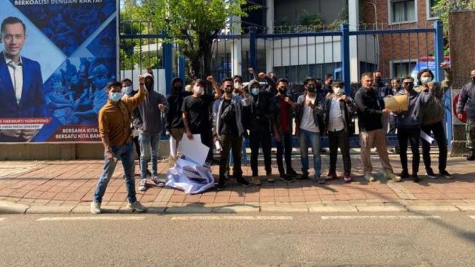 Sejumlah pemuda menggelar aksi demonstrasi di depan kantor DPP Partai Demokrat.