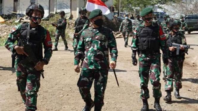 VIVA Militer: Pangkostrad, Letjen TNI Dudung Abdurachman (tengah)