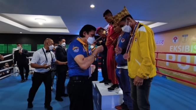 Penyerahan medali eksebisi kickboxing PON XX Papua