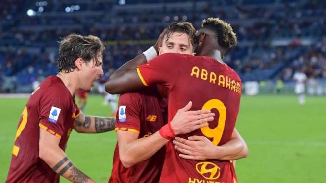 Pemain AS Roma rayakan gol Tammy Abraham.
