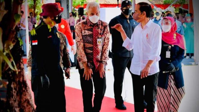 Presiden Jokowi dan Gubernur Jawa Tengah Ganjar Pranowo di Cilacap