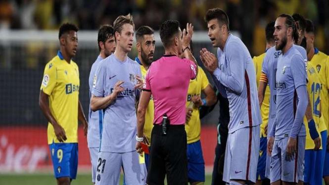 Para pemain Barcelona melakukan protes usai De Jong mendapat kartu merah