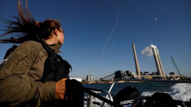 Ilustrasi sistem anti-rudal Iron Dome Israel mencegat roket yang diluncurkan