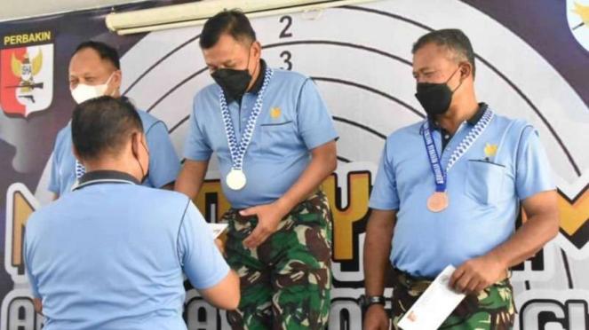VIVA Militer: Komandan Korps Paskhas Marsda TNI Eris Widodo (tengah)
