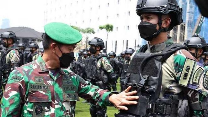 Wakasad, Letjen TNI Bakti Agus Fadjari, mengecek kesiapan Yonif MR 413/Bremoro