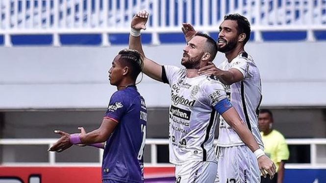 Striker Bali United, Ilija Spasojevic merayakan gol ke gawang Persita
