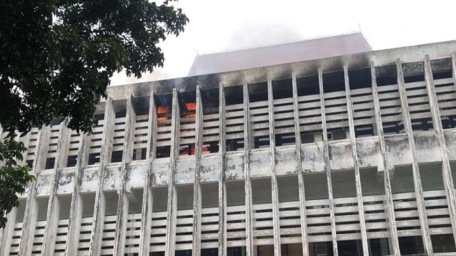 Gedung perpustakaan lama Unimed terbakar.