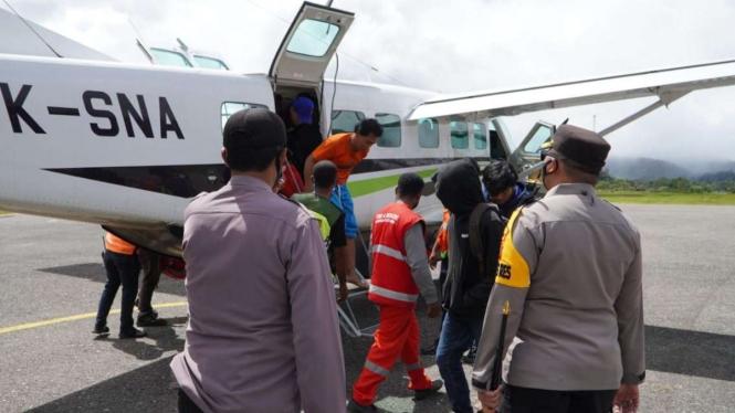 Satgas Nemangkawi evakuasi warga dari Distrik Kiwirok ke Oksibil, Papua.