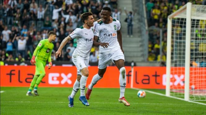 Pemain Borussia Moenchengladbach merayakan gol.