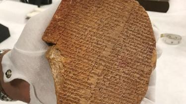 https://thumb.viva.co.id/media/frontend/thumbs3/2021/09/26/6150312a5a5a7-petualangan-epik-tablet-gilgamesh-artefak-berusia-3-500-tahun-yang-dijarah-dari-irak-dan-diselundupkan-ke-berbagai-negara_375_211.jpg