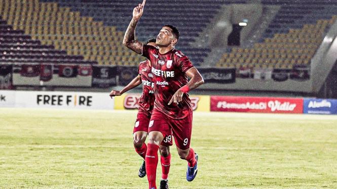 Striker Persis Solo, Alberto Goncalves merayakan gol