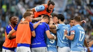 Para pemain Lazio merayakan kemenangan.