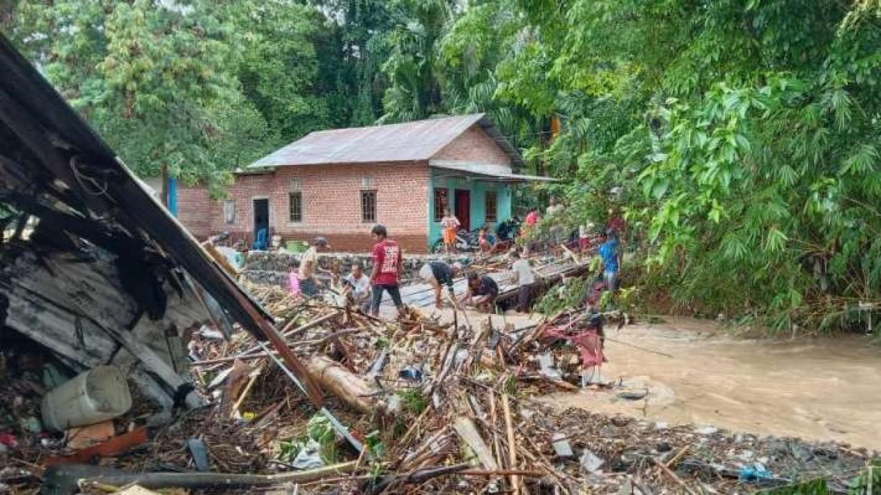 Banjir bandang landa delapan kelurahan di kota Lubuk Linggau Sumatera Selatan.