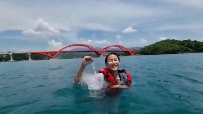 Putri Indonesia 2020 Roro Ayuma Maulida berenang di bawah jembatan Youtefa
