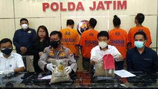 Polisi merilis tersangka dan barang bukti penyelundupan narkotika jaringan Afrika Selatan dan Malaysia di Markas Polda Jawa Timur di Surabaya, Senin, 27 September 2021.