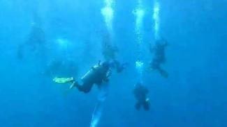 VIVA Militer: Prajurit Brigif Para Raider 3/Kostrad menyusup dari dalam air