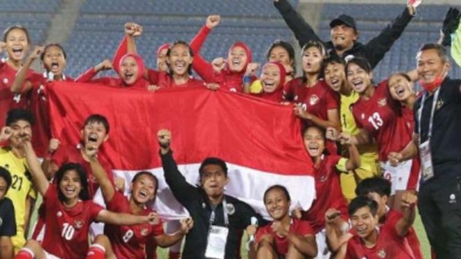 Timnas Wanita Indonesia merayakan keberhasilan lolos ke Piala Asia Wanita 2022.