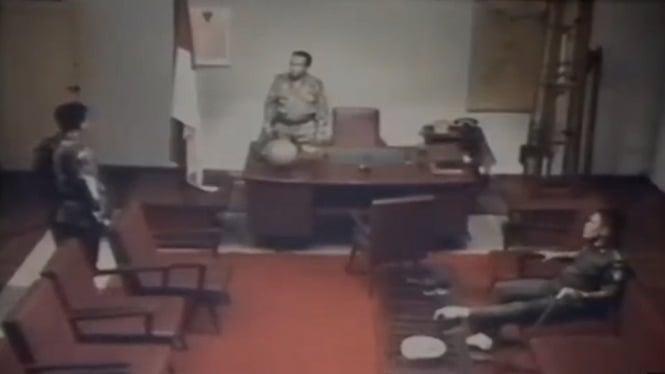 Adegan Mayjen Soeharto memerintahkan Kol Sarwo Edhie untuk merebut Halim