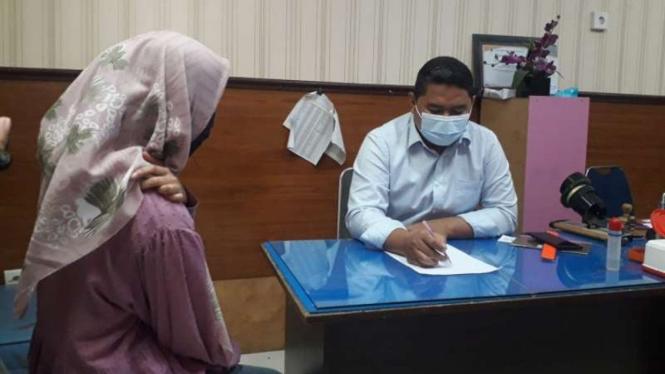 Perempuan berinisial N saat membuat laporan di Unit Pelayanan Perempuan dan Anak Satuan Reserse Kriminal Polresta Padang, Sumatera Barat, Senin, 27 September 2021.