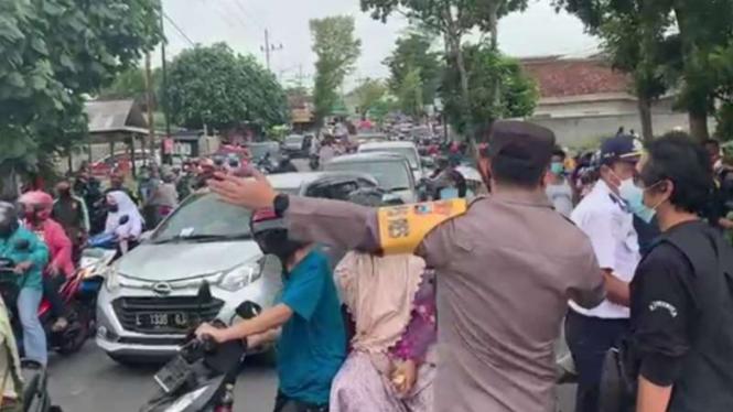 Kepala Polres Blitar AKBP Adhitya Panji Anom ikut mengatur arus lalu lintas saat aksi peternak ayam telur di Blitar, Jawa Timur, menggelar aksi protes membagi-bagikan telur, Selasa, 28 September 2021.