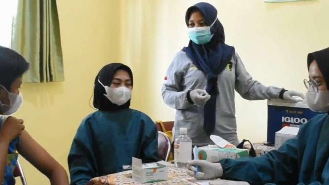 Kegiatan vaksinasi di Kendal, Jawa Tengah.