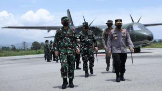 VIVA Militer: Panglima TNI dan Kapolri ketika mendarat di Poso, Sulawesi Tengah