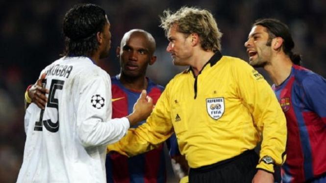 Anders Frisk mendapatkan teros usai laga Barcelona vs Chelsea