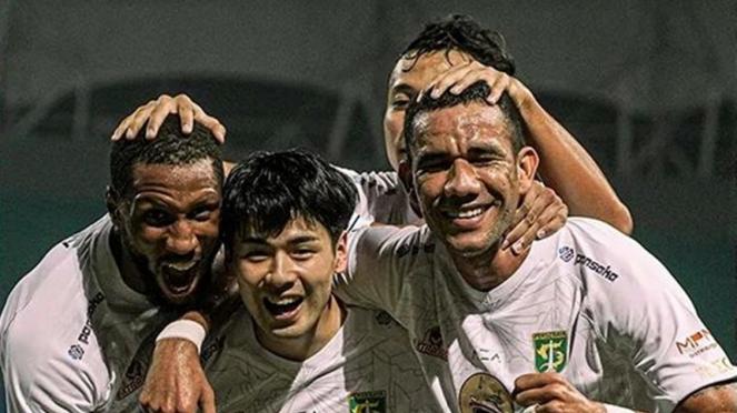 Pemain Persebaya Surabaya merayakan gol