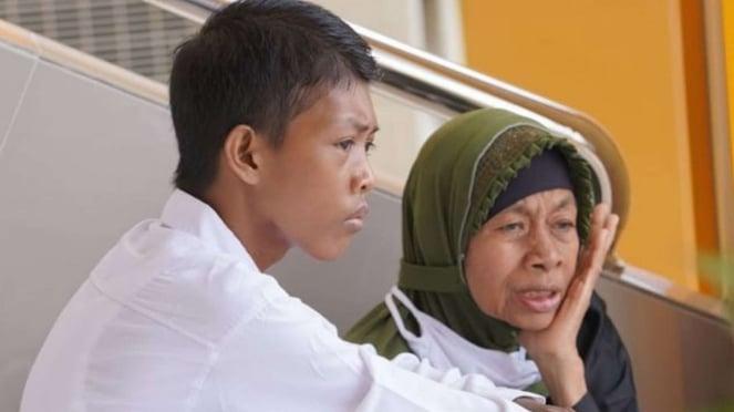 Viral, Seorang ibu temani anaknya tes CPNS
