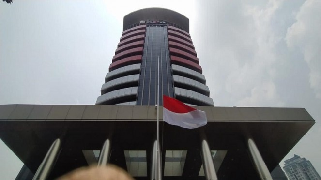 Bendera setengah tiang di depan kantor KPK