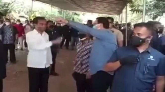 Presiden Jokowi menyapa Ahok di rumah duka Sabam Sirait