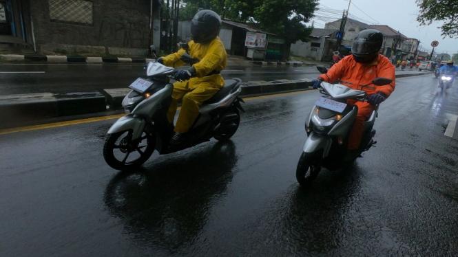 Berkendara motor di musim hujan