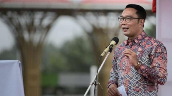 Gubernur Jawa Barat Ridwan Kamil melakukan kunjungan kerja ke Kabupaten Sorong, Provinsi Papua, dan salah satu agenda kerjanya di san meresmikan Alun-alun Kabupaten Sorong yang kini tampil dengan wajah baru.