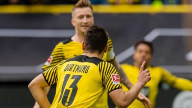 Selebrasi pemain Borussia Dortmund usai bobol gawang Augsburg