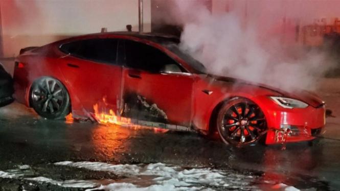 Mobil Listrik Tesla Terbakar. Foto: Carscoops.