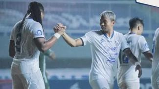 Striker Arema Carlos Fortes merayakan gol (kiri)